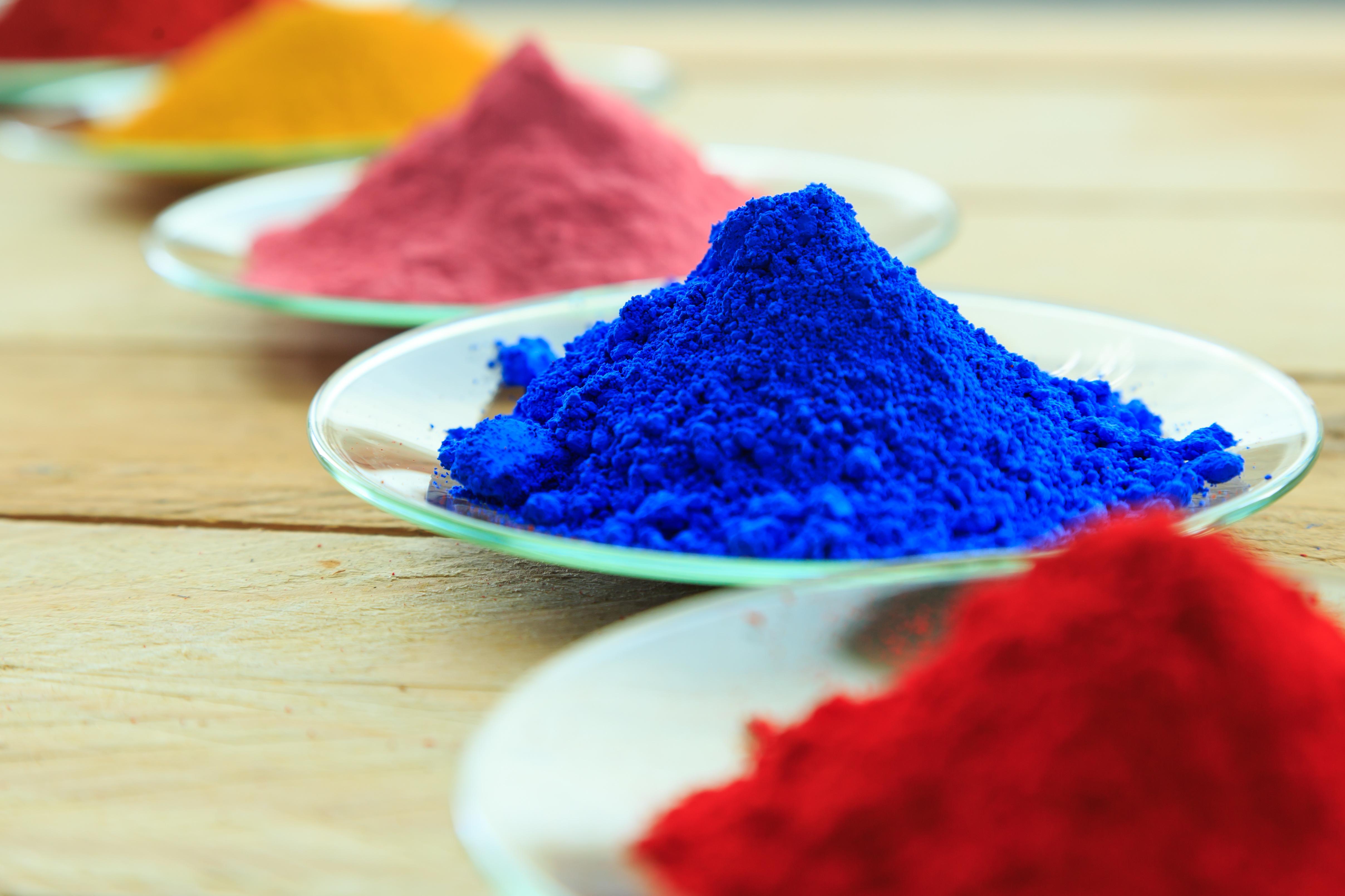 Pigmenty chromowo ołowiowe PY 34 i PR 104 mogą być wciąż legalnie używane w produkcji niektórych farb i lakierów oraz barwieniu tworzyw sztucznych.